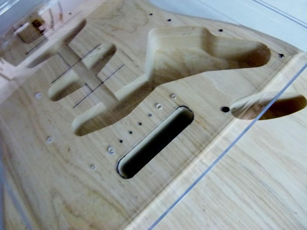 Repérage des points d'ancrage sur une Stratocaster à l'aide d'un gabarit
