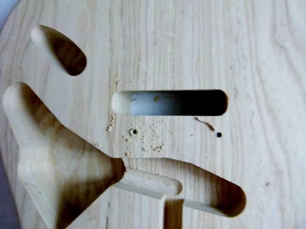 Perçage du point d'ancrage inférieur du vibrato d'une Stratocaster