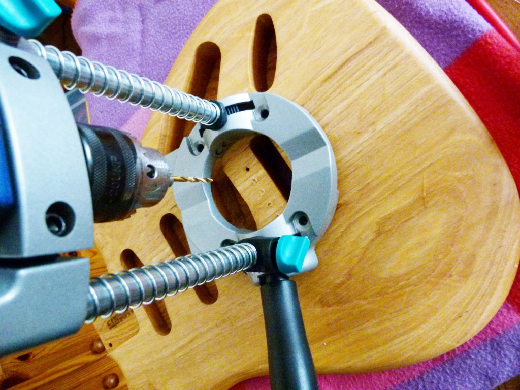 Percement des trous de fixation d'un vibrato de Stratocaster