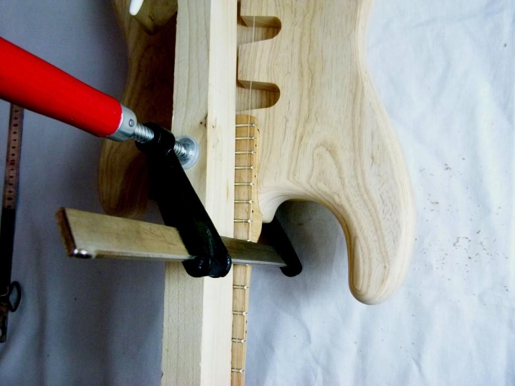 Percement des trous de fixation d'un manche de Stratocaster