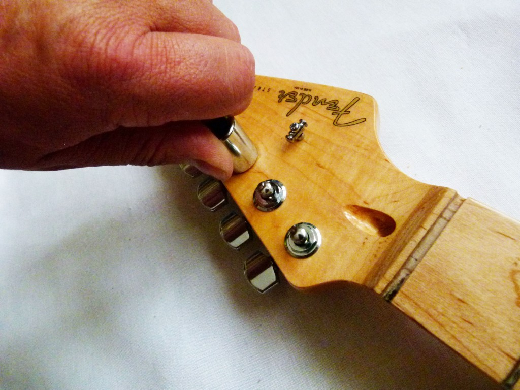 Installation de mécaniques de tête sur le manche d'une Stratocaster