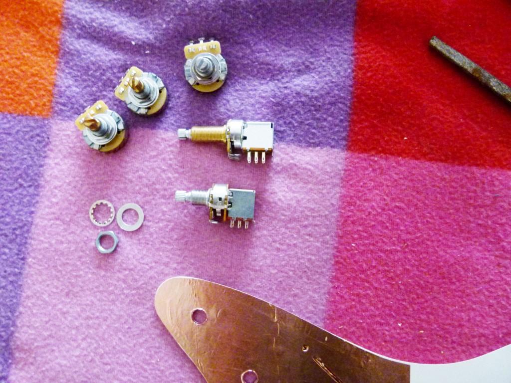 Installation des potentiomètres sur le pickguard d'une Stratocaster