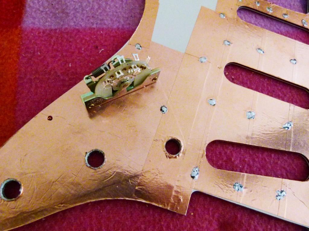"""Installation d'un sélecteur """"quatre positions"""" sur le pickguard d'une Stratocaster"""