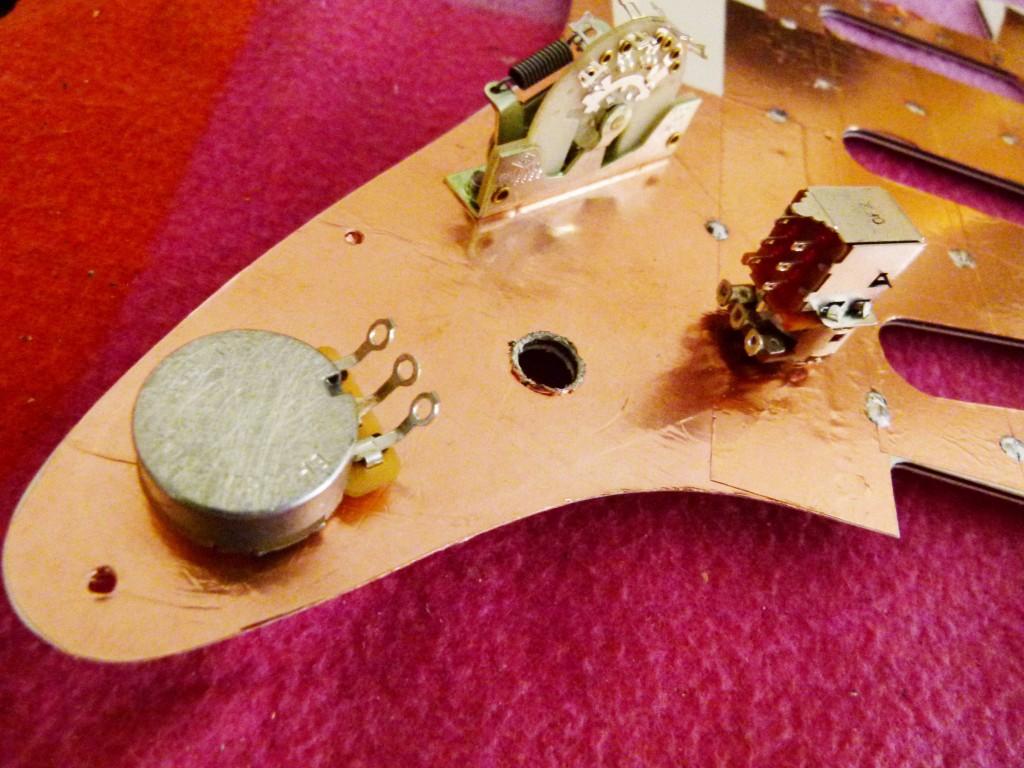 Installation d'un potentiomètre de tonalité sur le pickguard d'une Stratocaster