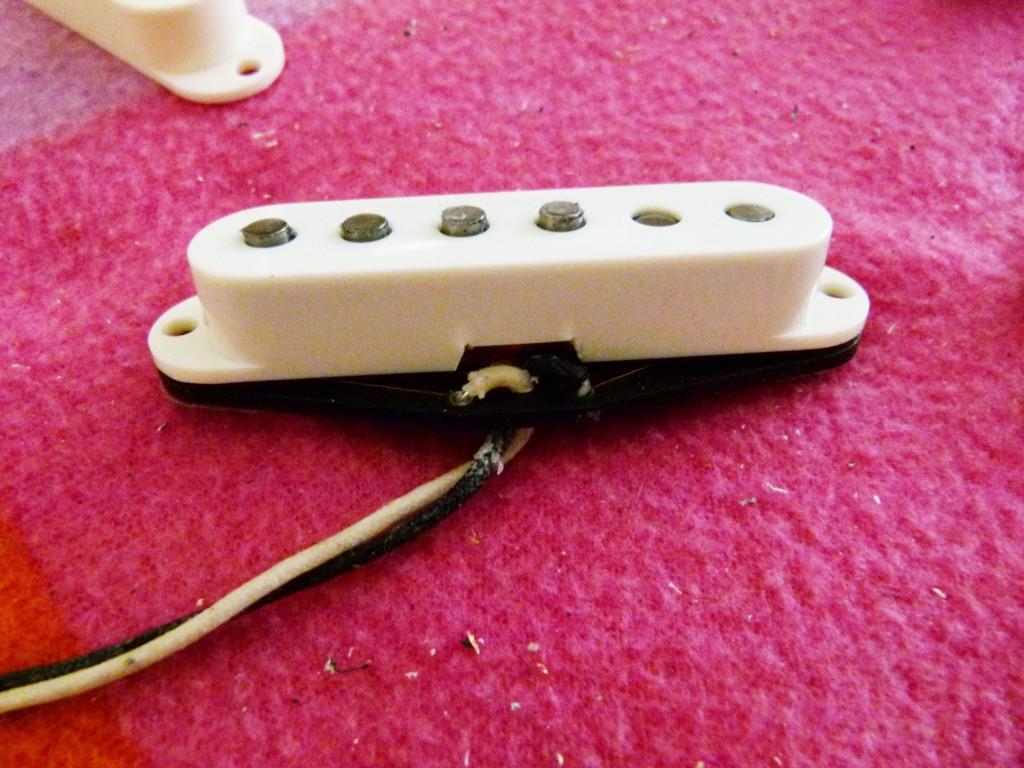 Installation du capot d'un micro de Stratocaster