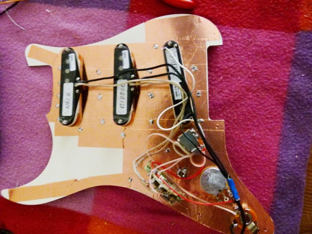Installation des micros sur le pickguard d'une Stratocaster