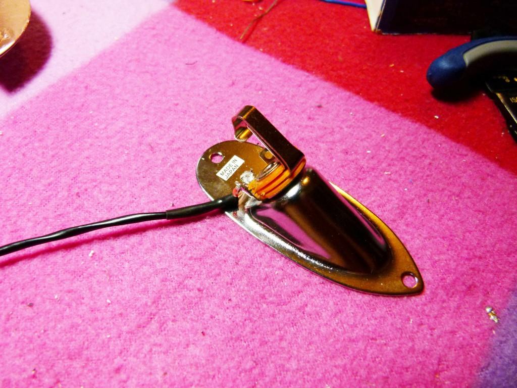 Soudure du câble sur la coquille de sortie d'une Stratocaster