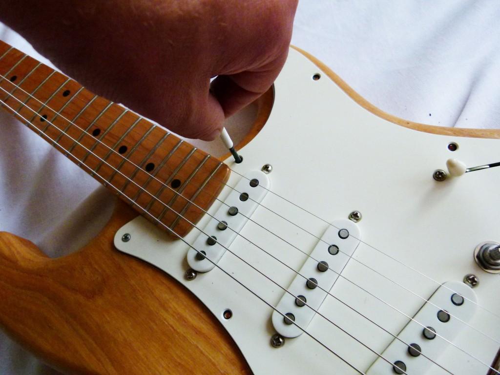 Installation du pickguard d'une Stratocaster