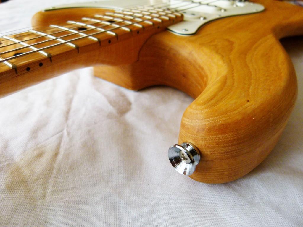 Installation d'une attache-courroie sur une Stratocaster